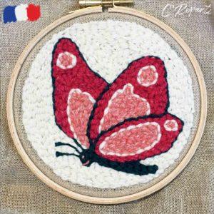 motif punch needle papillon rose