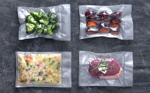 On y voit 4 préparations de repas dans 4 sachets sous vide