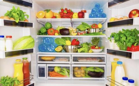 frigo américain rempli d'une multitude d'aliments