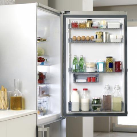 frigo ouvert rempli avec dans la porte plusieurs bouteilles de lait