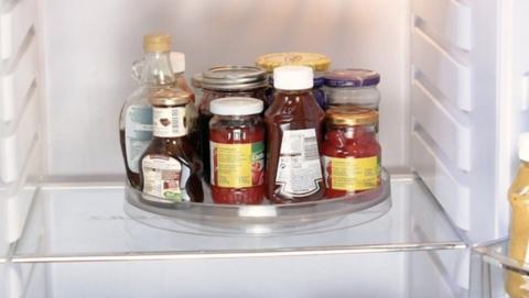 Plateau tournant dans un frigo pour ranger ses condiments