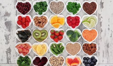 fruit et legumes couper et présenter dans des pots