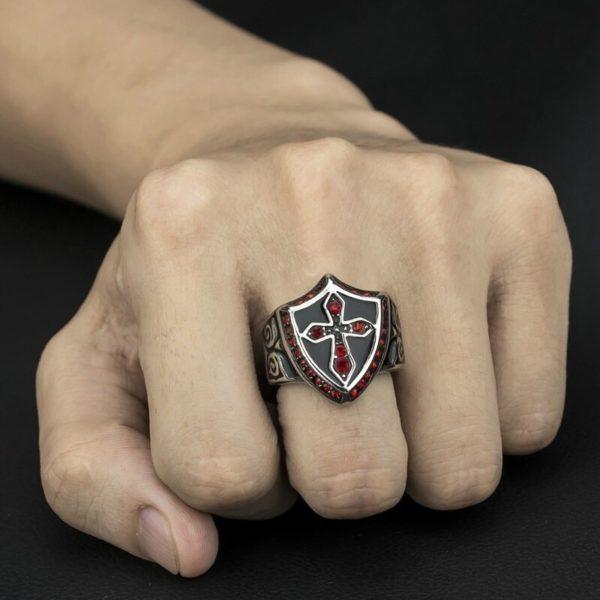 Bague chevalière de templier noir et rouge en acier