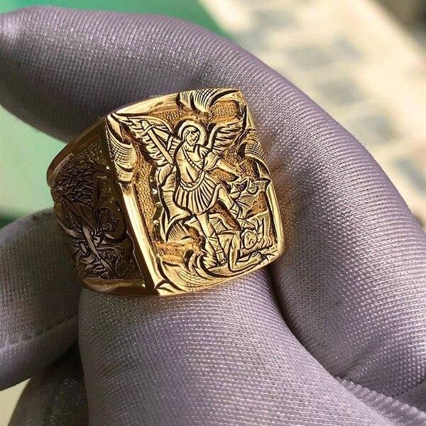 Chevalière pour homme carré ange St Michel en or