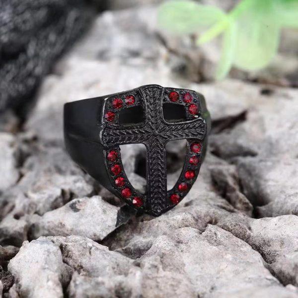 Homme bague croix noir religieuse diamant rouge
