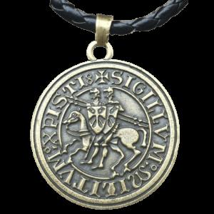 Collier à pendentif lettre et symbole des templiers