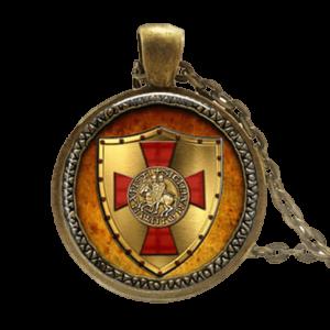 Collier bouclier et symbole rouge des templiers