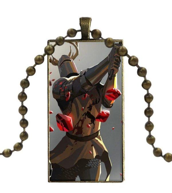 Collier chevalier en cotte de maille qui combat à l'épée