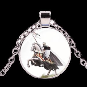 Collier des templiers chevaliers du Moyen Âge à cheval