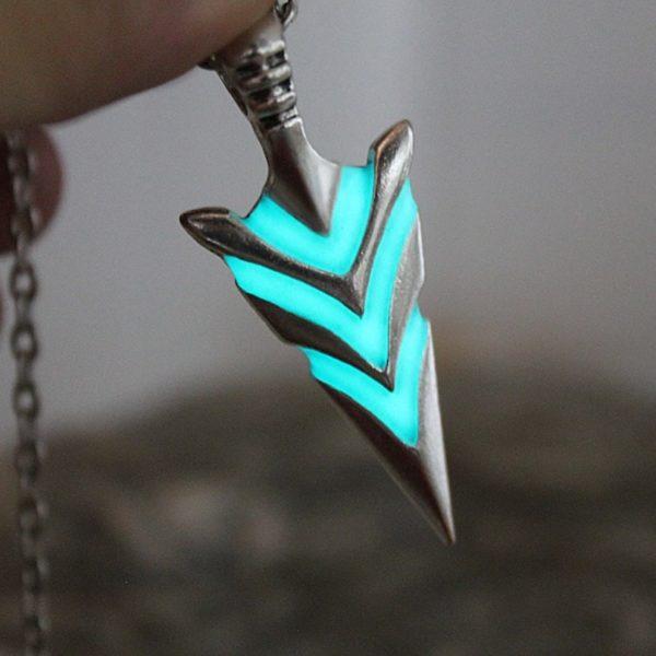 Collier flèche de chevalier fluorescente bleu pour homme et femme