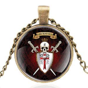 Médaillon et collier de chevalier avec bouclier et épée