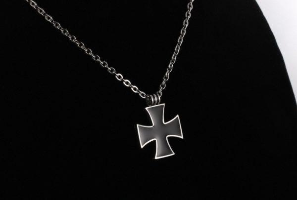Petit pendentif croix noir de Malte avec chaine chevalier templier