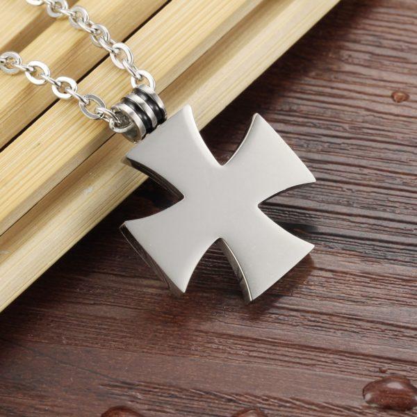 Petit pendentif croix noir de Malte avec chaine en acier inoxydable