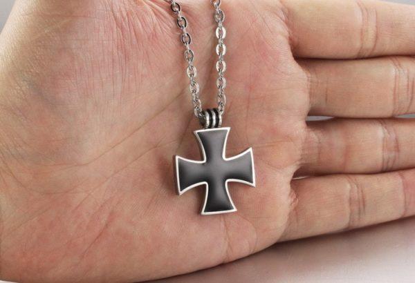 Petit pendentif croix noir de Malte avec chaine en argent