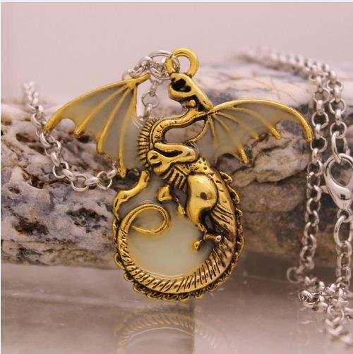 3 f975d19b d512 4354 b62a 217f65526e91 Collier Dragon Targaryen Lumineux Game Of Thrones (5 Couleurs) - Livraison Gratuite !