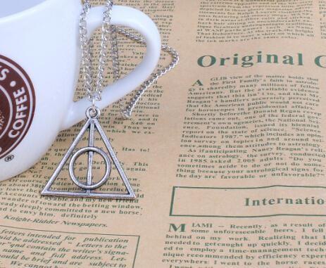 """triangle2 0f83a0df 0bae 442a 8e52 7eb8e279019c Collier Pendentif Harry Potter """"Reliques De La Mort"""""""