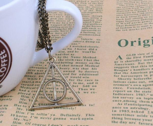 "triangle4 19be9604 4e81 49e7 afa1 6d136f2af7d8 Collier Pendentif Harry Potter ""Reliques De La Mort"""