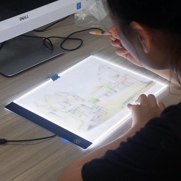 a4 800x800 35b750c8 ad81 40b4 9513 1fd6126baef5 LED Light Pad : Tablette de Traçage Parfaite et Pratique LED/ Gradation à trois niveaux