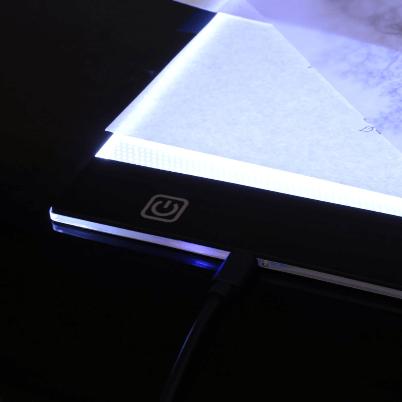 table lumineuse 2048x 600x600 f9458938 4f5b 4112 879c 283eeb622308 LED Light Pad : Tablette de Traçage Parfaite et Pratique LED/ Gradation à trois niveaux
