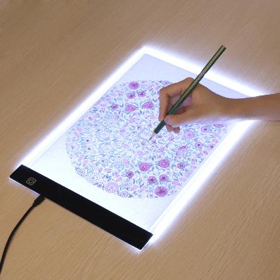 tablette de tracage LED 2048x 600x600 4e05381c 0e9b 427b bf88 70263a9d7c35 LED Light Pad : Tablette de Traçage Parfaite et Pratique LED/ Gradation à trois niveaux