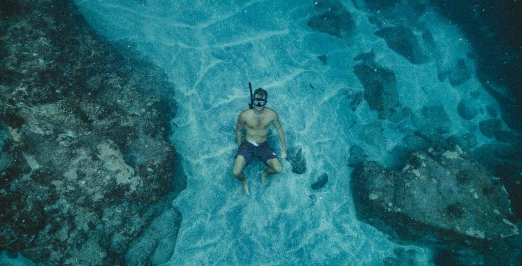 homme au fond de l'eau