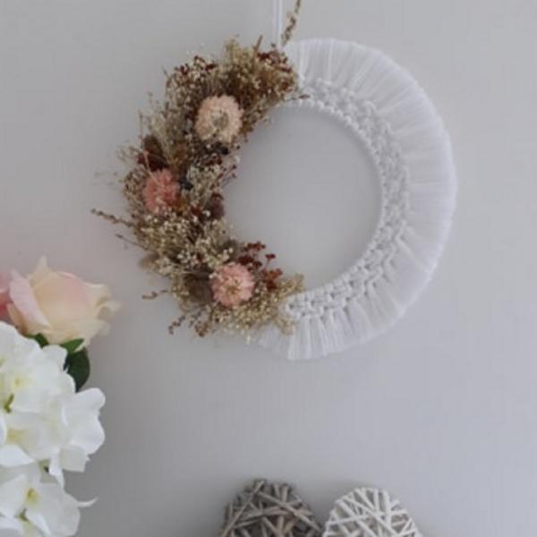 Couronne de fleurs séchées et macramé blanche