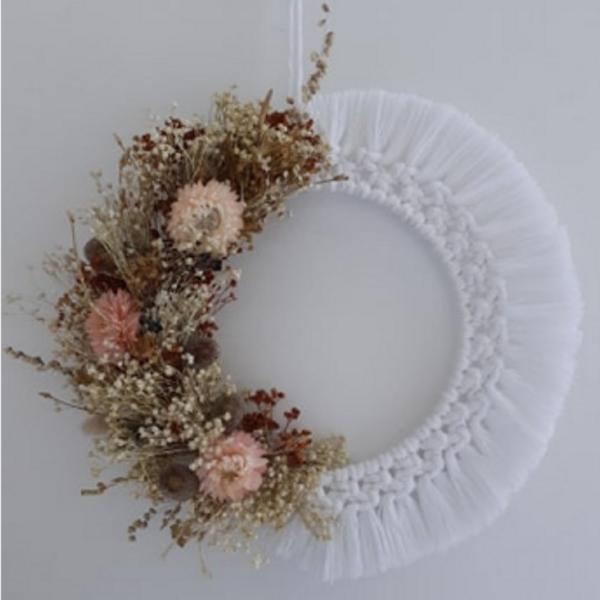 Couronne de fleurs séchées et macramé blanche bohème décoration murale