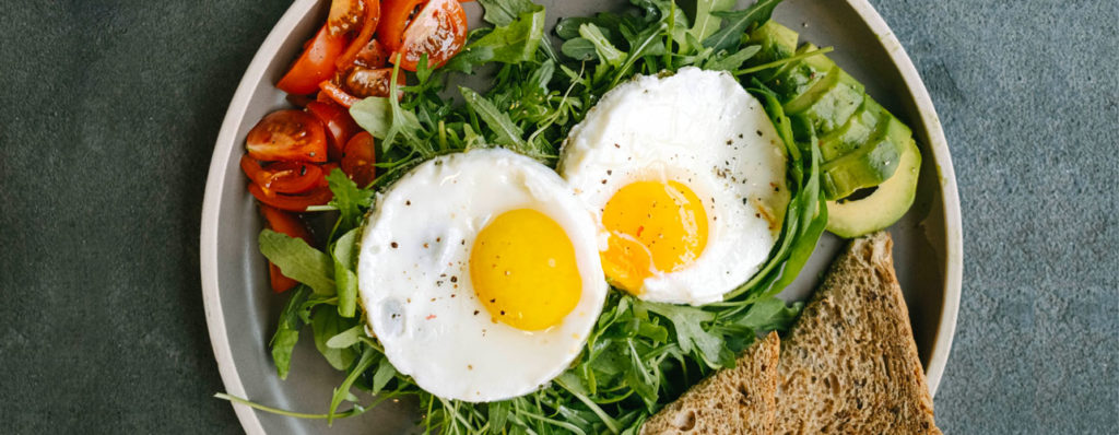 Une image contenant alimentation, assiette, œuf au plat, conteneur Description générée automatiquement