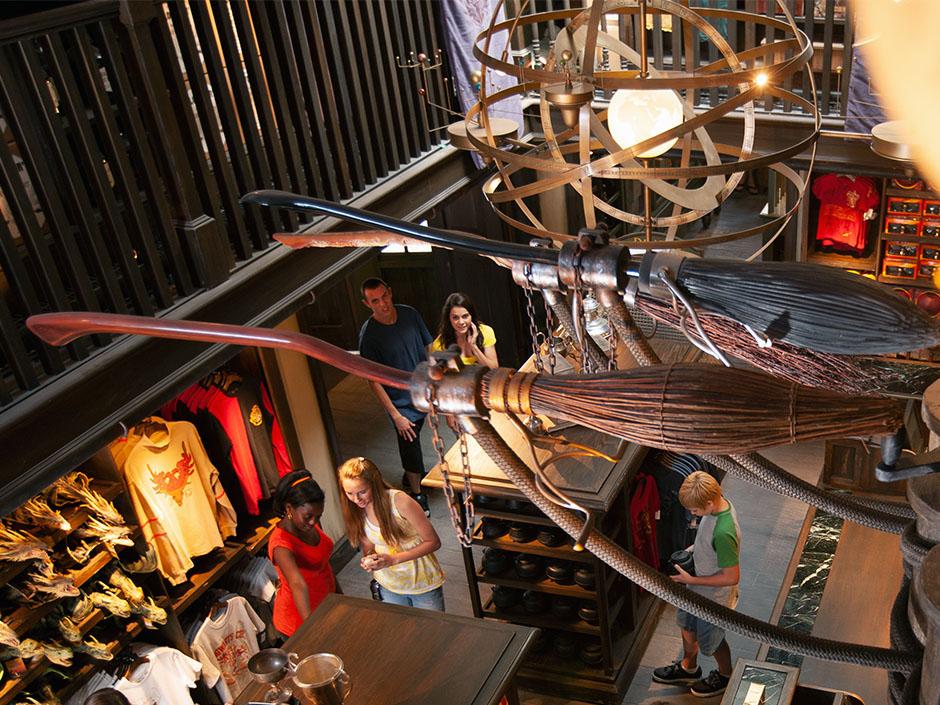 image harry8 Boutique harry potter Aujourd'hui On vous parle du Shopping dans le monde magique de Harry Potter au sein de la galerie commerciale du Village Joué club.