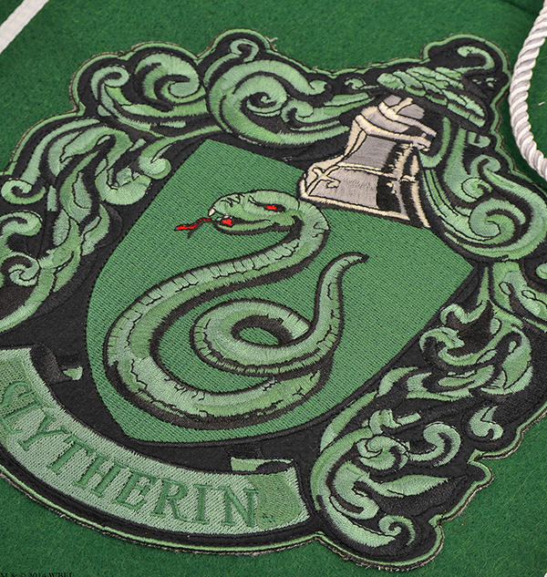 1230069 slitherin hanging banner zoom Boutique harry potter Bannière brodée de l'écusson de Serpentard