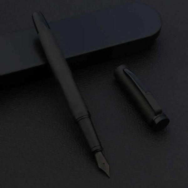 Stylo à plume noir de luxe avec sa boite de luxe noir