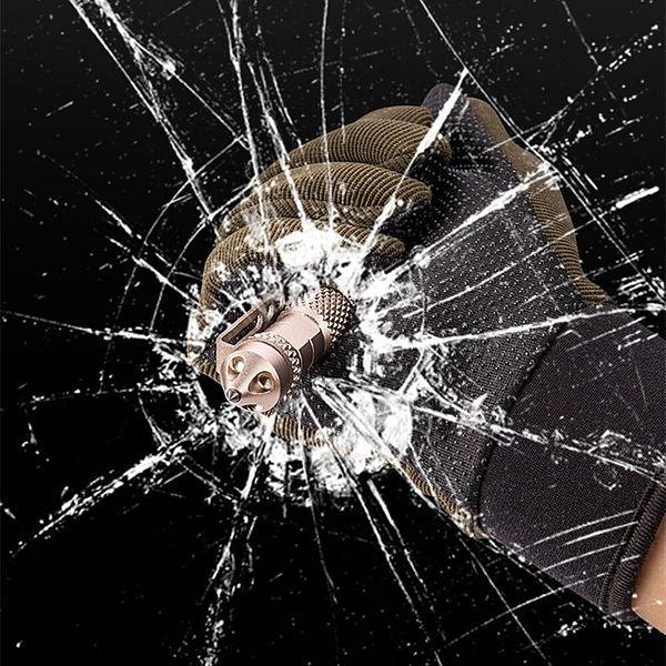 Stylo à bille multifonction pour l'autodéfense posé sur un carnet noir et un support noir