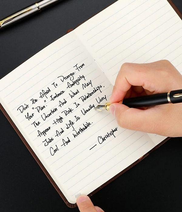 Deux stylos à plume noir et argenté élégant posé sur un support noir