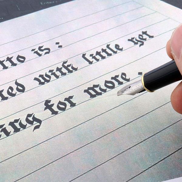 Stylo à plume de calligraphie bleu de luxe posé sur un carnet brun et un support blanc