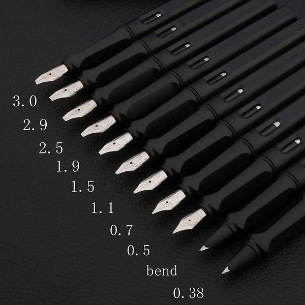 Stylo à plume noir pour la calligraphie sur fond noir