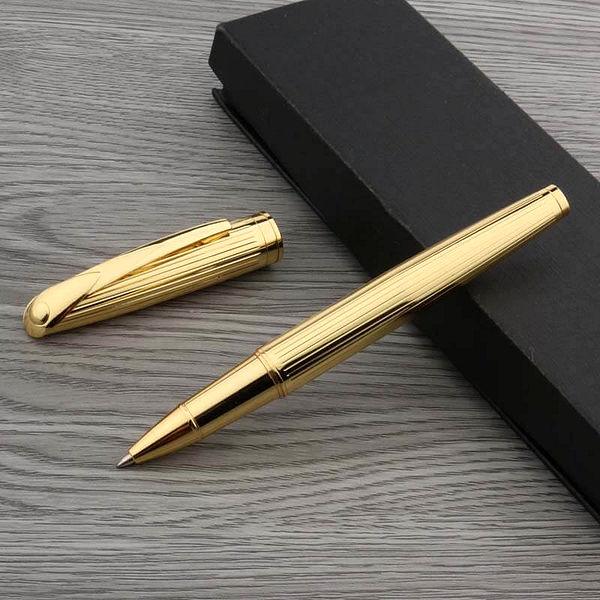 Stylo à bille en métal doré de luxe posé sur une boite noire et un support en bois