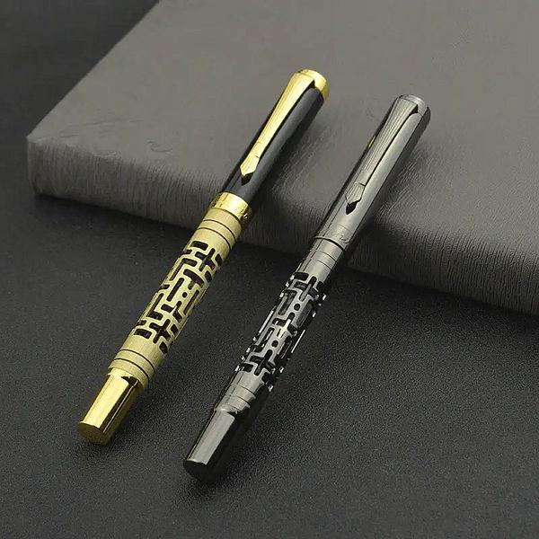 Stylo à plume motifs créatifs et spéciaux posé sur une boite grise et un support noir