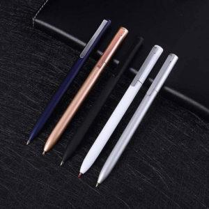 stylo à bille moderne coloré posé sur un support noir