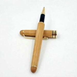 Stylo à bille en bois de luxe avec le capuchon détaché sur un support blanc