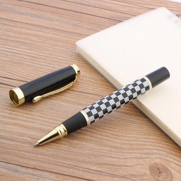 stylo à bille quadrillé sur un support blanc
