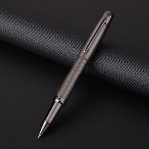 stylo bille argenté en métal sur un support noir
