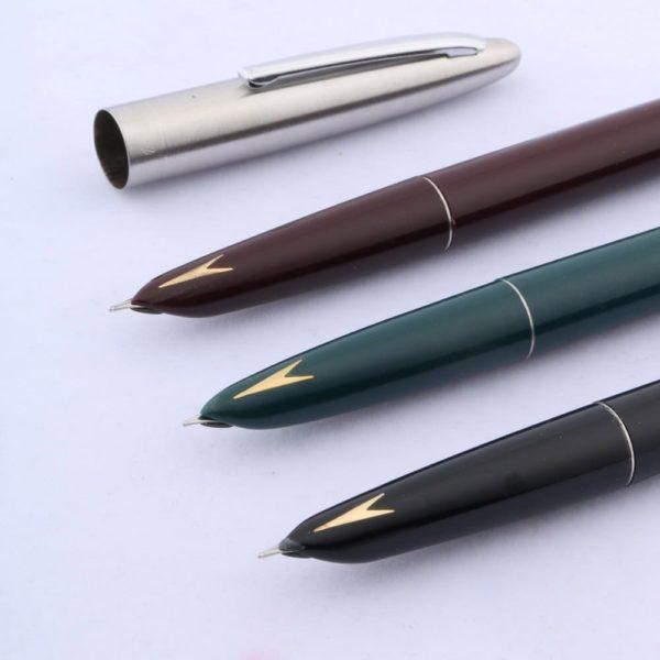stylo plume ancien avec flèche sur support blanc