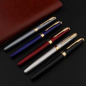 stylo plume classique doré sur support noir