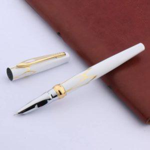 stylo plume de luxe blanc sur fond blanc