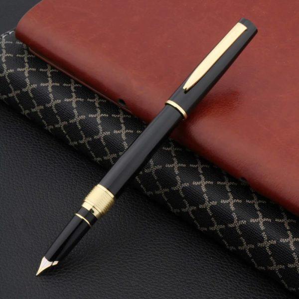 stylo plume de luxe noir sur fond noir