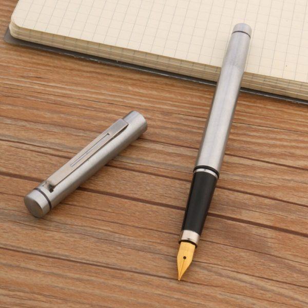 stylo à plume de qualité sur un support en bois