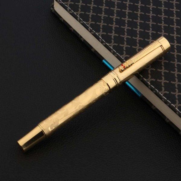 stylo plume de luxe doré sur fond noir