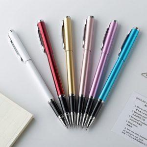 stylo à bille de qualité sur un support blanc