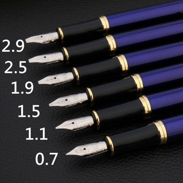 stylo à plume calligraphie bleu sur un support noir