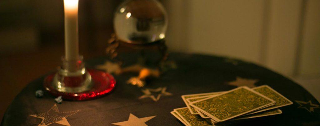 Carte de tarot sur table